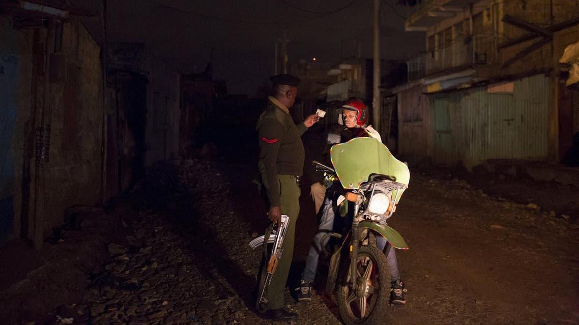 شرطي كيني يدقق في أوراق سائق دراجة نارية في نيروبي (أرشيفية)