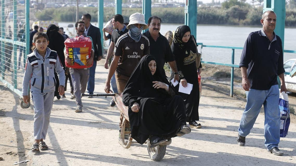 Displaced Sunni people fleeing the violence in Ramadi, cross a bridge on the outskirts of Baghdad. (File photo: Reuters)