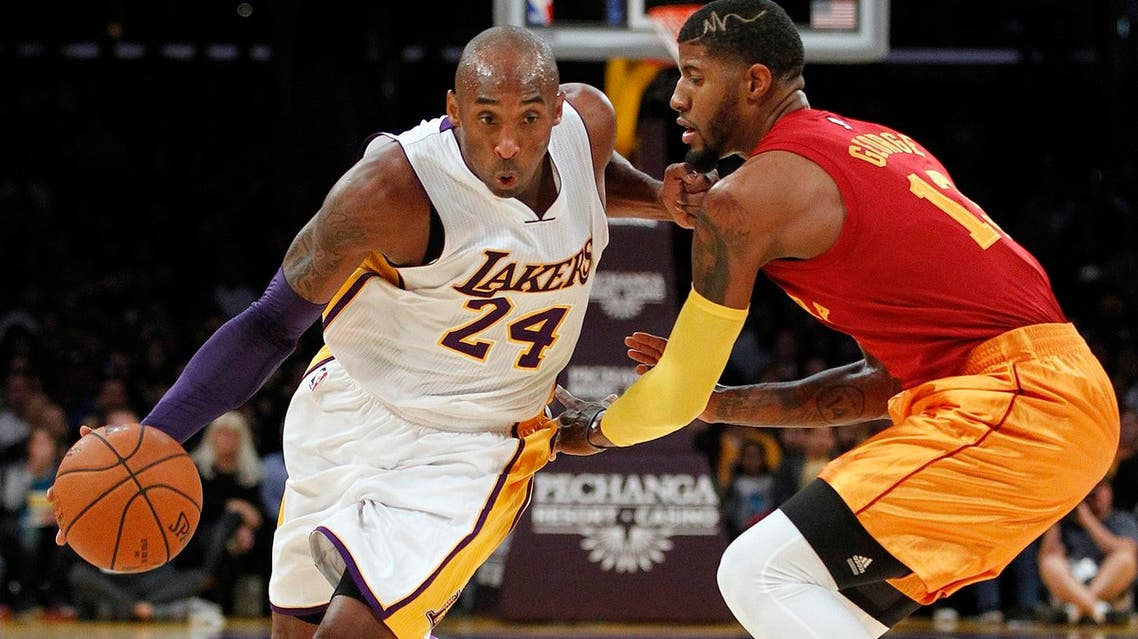 Los Angeles Lakers forward Kobe Bryant (24) drives against Indiana Pacers forward Paul George. (File photo: AP)