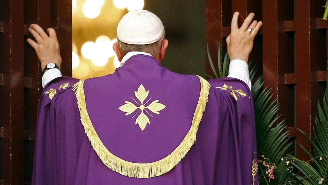 Pope Francis opens the Holy Door at the Cathedral of Bangui, Central African Republic, November 29, 2015. (Reuters)