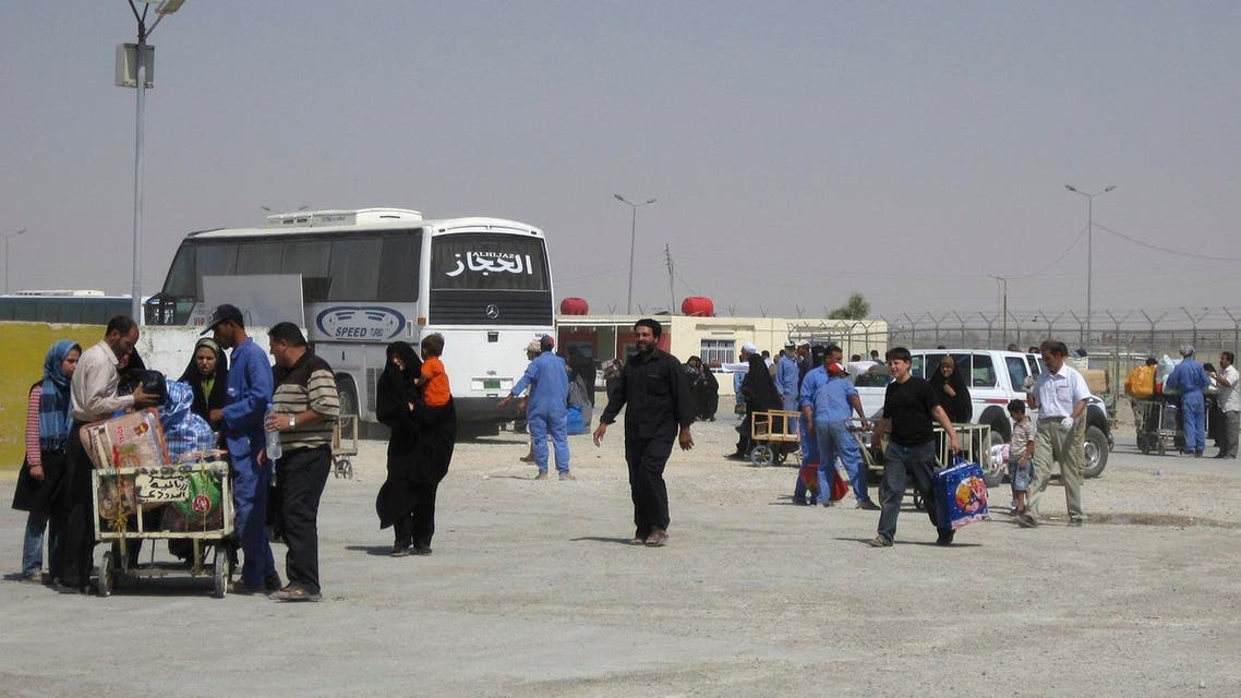 In this Sept. 4, 2010 photo, people cross the border at the Zarbatiyah crossing southeast of Baghdad, Iraq. (File photo: AP)