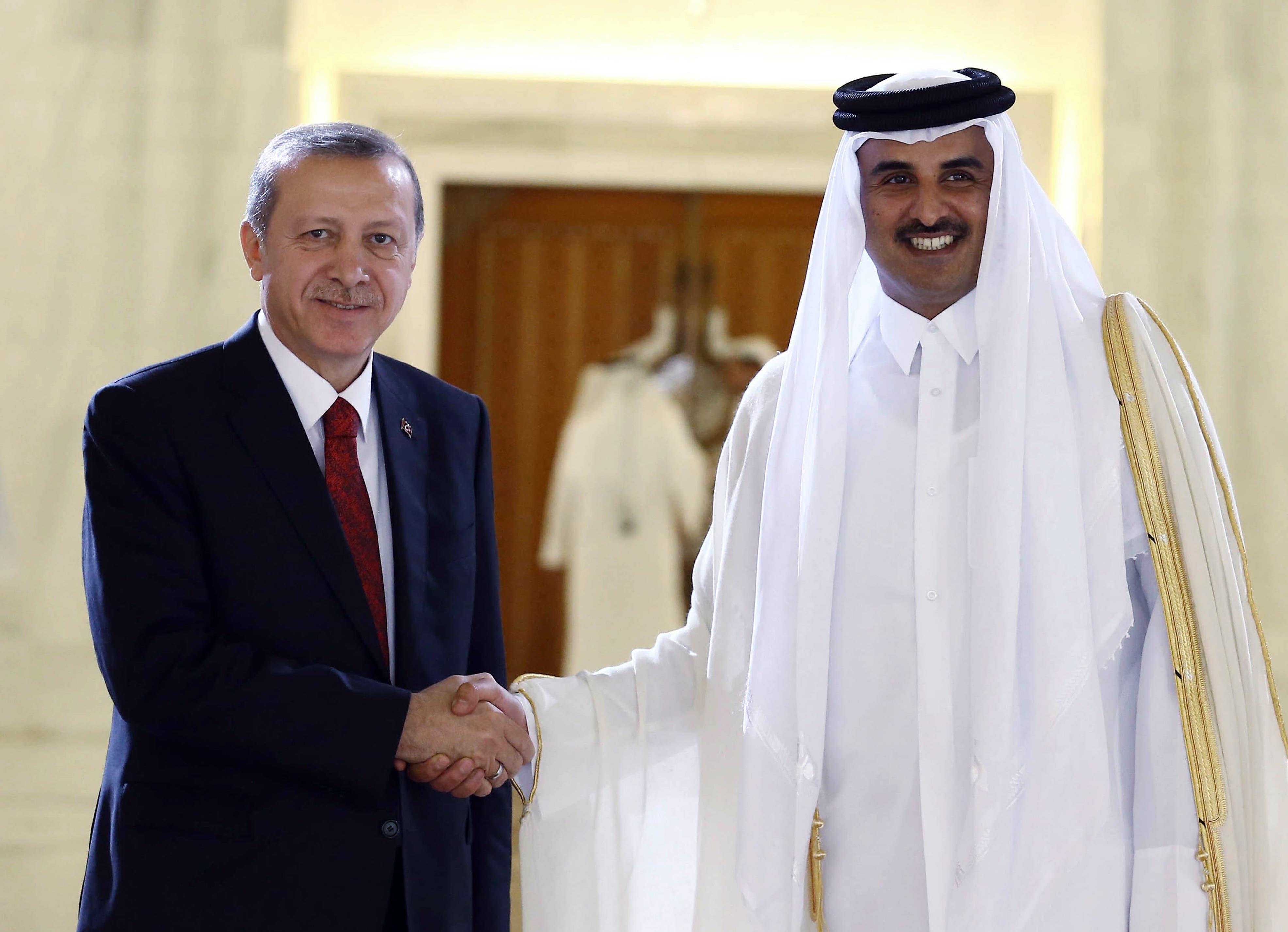 Turkey's President Recep Tayyip Erdogan, left, and Qatar's Emir Tamim bin Hamad Al Thani shake hands during a ceremony in Doha, Qatar, Wednesday, Dec. 2, 2015. (AP)