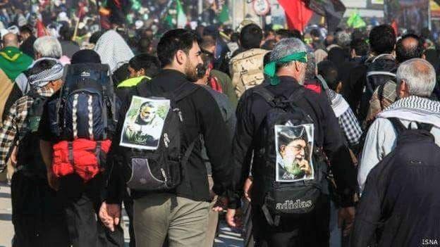 زوار إيرانيون يحملون صور خامنئي وسليماني في العراق(أرشيفية)