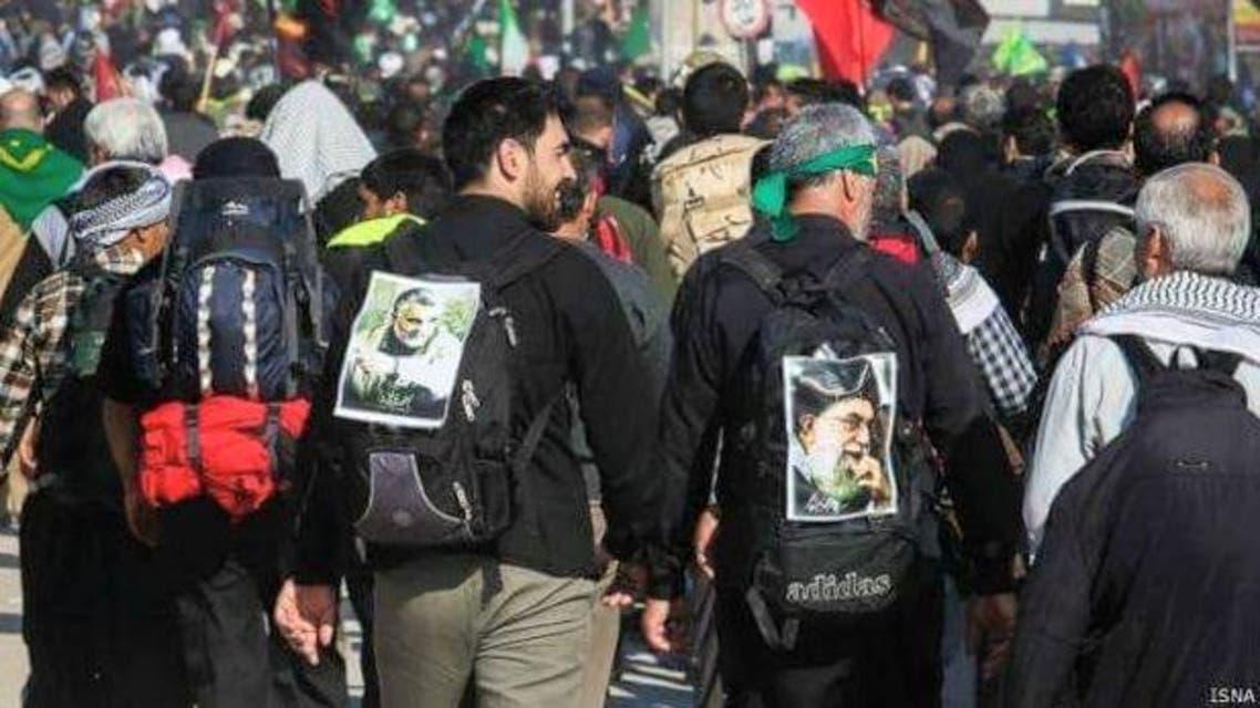 زوار ايرانيون يحملون صور خامنئي وسليماني في العراق