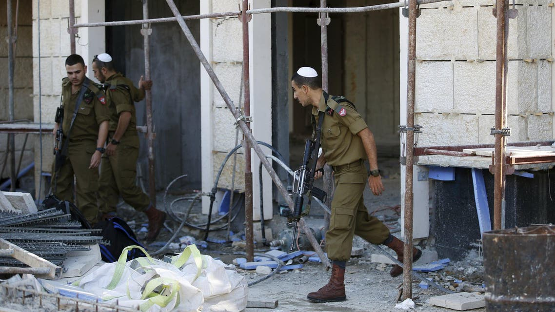 Israeli soldiers search for a stabber in a construction site near the area where a woman was stabbed in Jerusalem, a police spokesman said, the latest attack in a two-month wave of violence, November 29, 2015. REUTERS/Ronen Zvulun