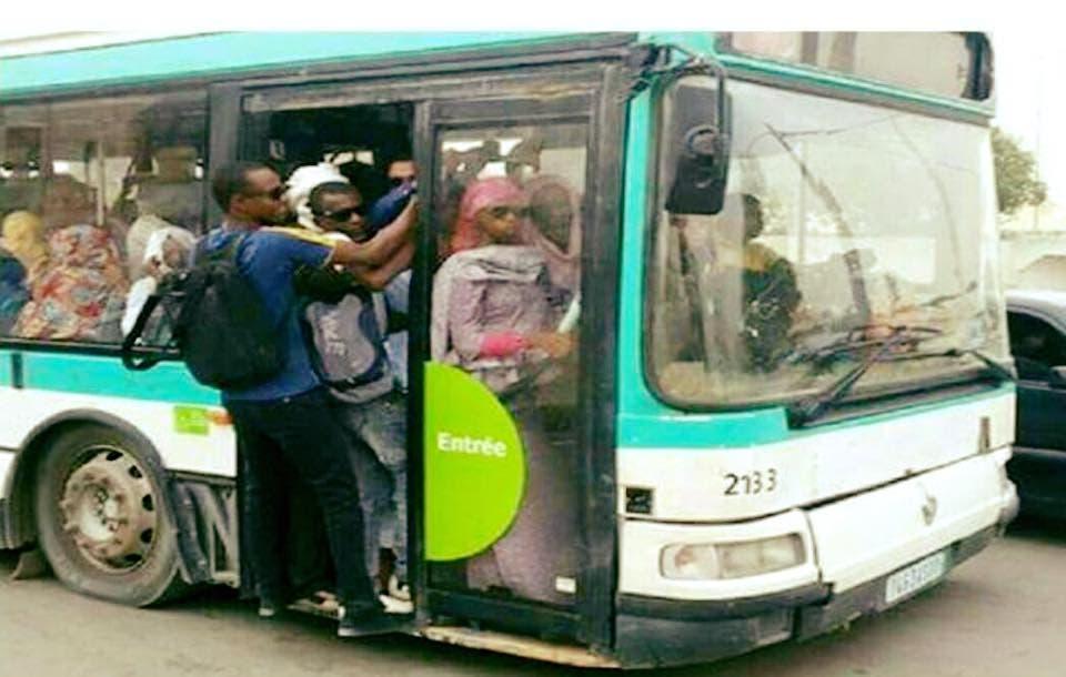 الطلاب يتنقلون هكذا في حافلات النقل العمومي