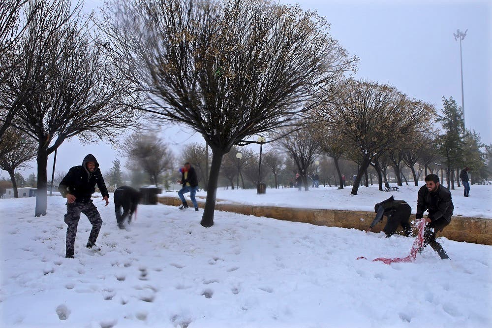 Jordanian people play with snow in Amman, Jan. 2015. (File photo: AP)