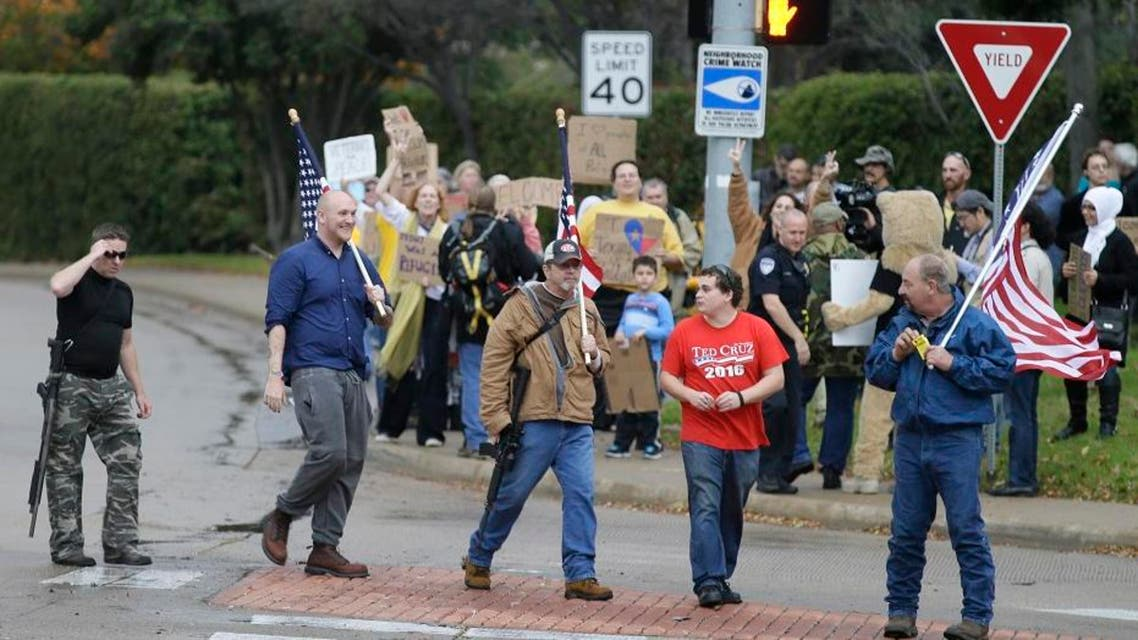 Anti-Muslim protestors cross the street as counter protestors look on in the background outside a mosque in Richardson, Texas, Dec. 12, 2015.(AP)