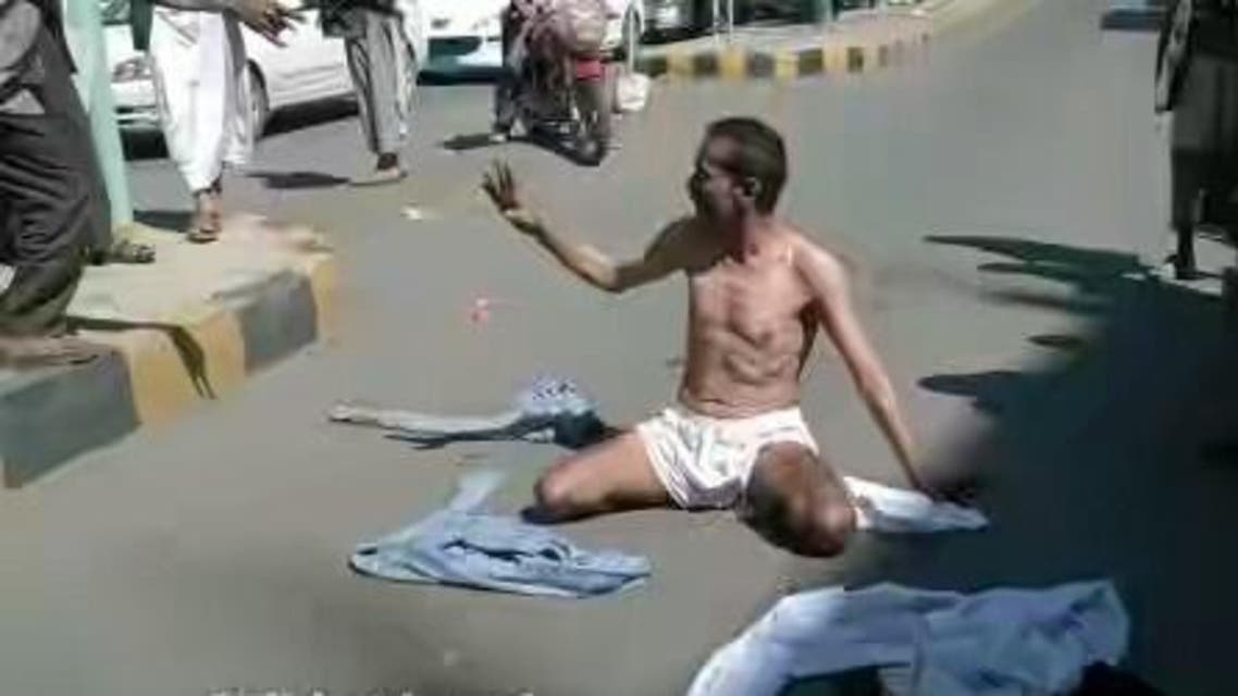 جندي يمني يتعرى احتجاجا على انتهاكات الحوثيين
