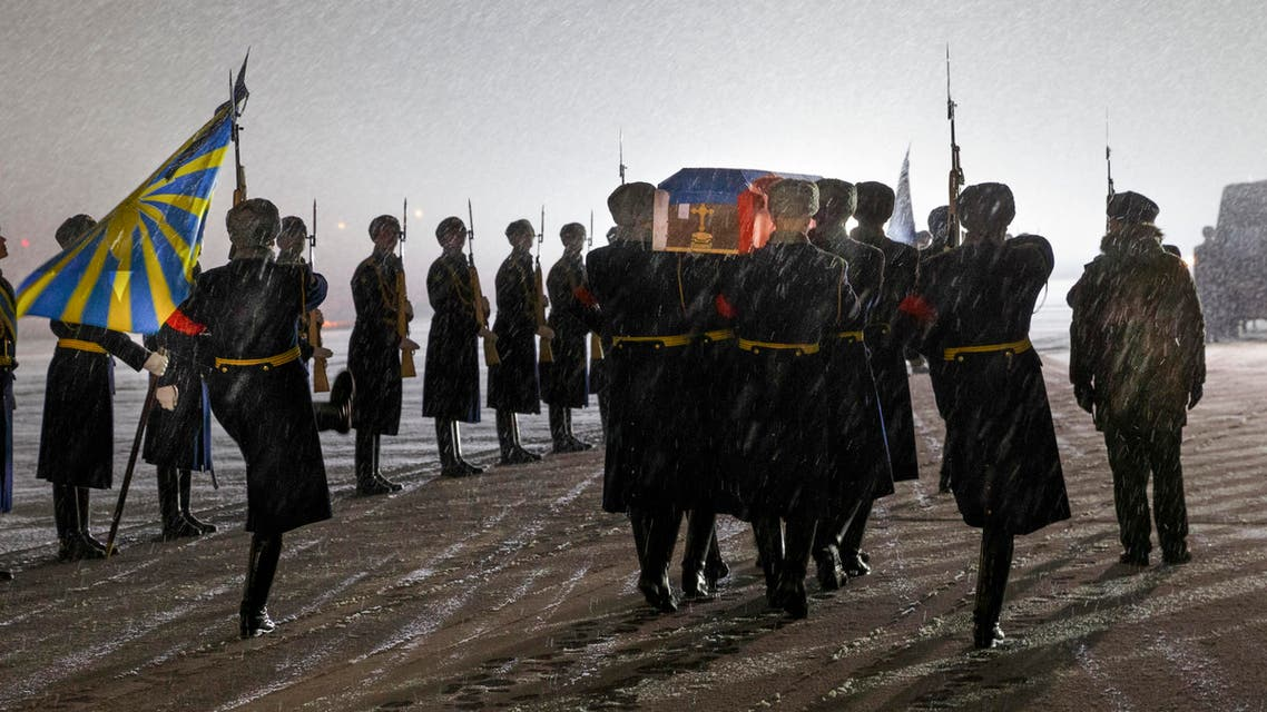 Russian honor guard carry the coffin with the body of Russian Lt. Col. Oleg Peshkov, after being transported from Turkey, at a mourning ceremony in Chkalovsky military airport outside Moscow, Monday, Nov. 30, 2015.  (AP)
