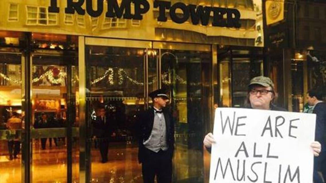 مايكل مور يتظاهر ضد ترامب تحت شعار كلنا مسلمون