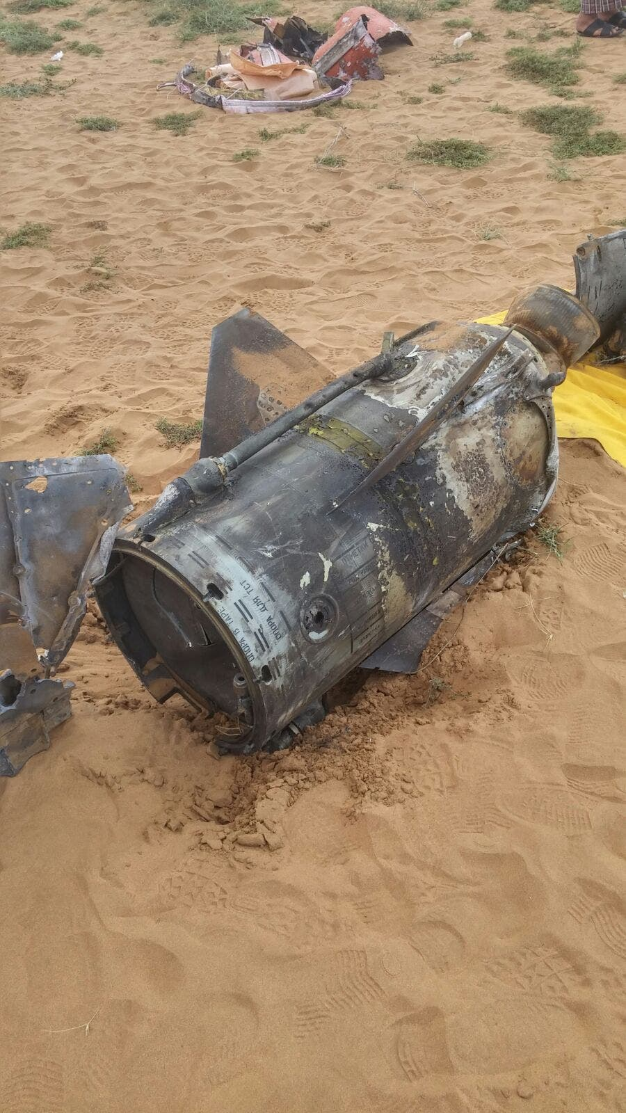 صور شظايا الصاروخ القادم من داخل الأراضي اليمنيه