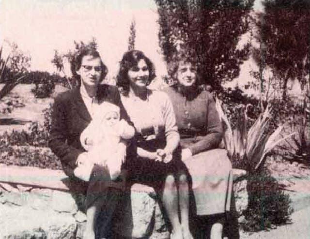 سوزان مبارك طفلة مع والدتها