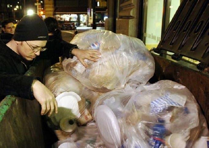 ثم تمضي النفايات بالمهدور فيها من الغذاء الى مصانع اعادة المعالجة بدلا من سد حاجات الجائعين
