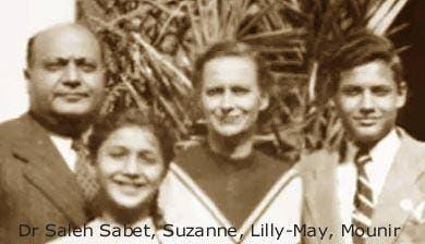مع  والدها ووالدتها وشقيقها