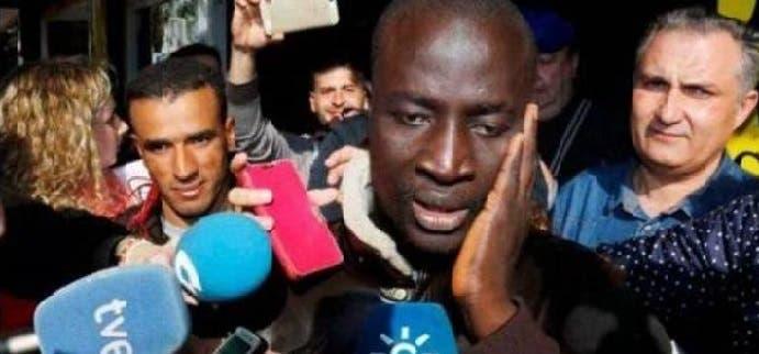 وأحاط الفضوليون والإعلاميون باللاجئ السنغالي حين علموا أن ورقة جعلته نصف مليونير