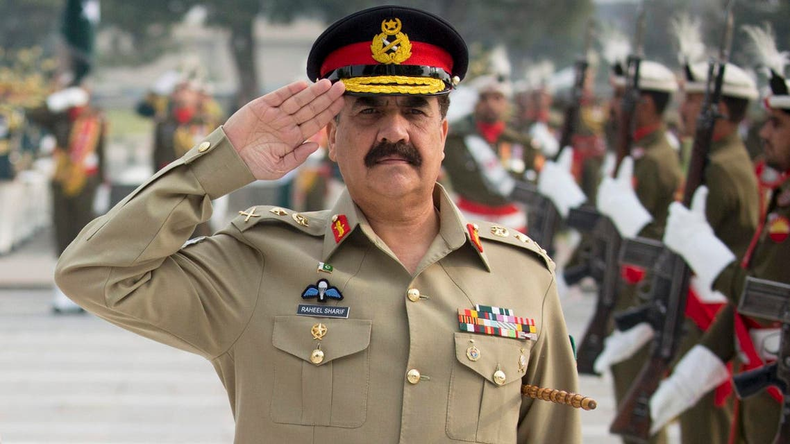 Germany's Defence Minister Ursula von der Leyen (L) and Pakistan's Army Chief of Staff General Raheel Sharif take part in a welcoming ceremony with military honours at the headquarters of Pakistan's army in Islamabad, Pakistan, December 9, 2015.