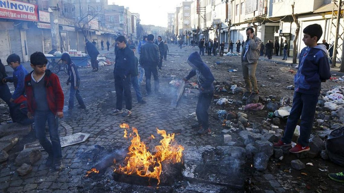 Boys stand around a fire in Sur district where clashes have taken place between Turkish security forces and Kurdish militants, in the southeastern city of Diyarbakir, Turkey. (File photo: Reuters)