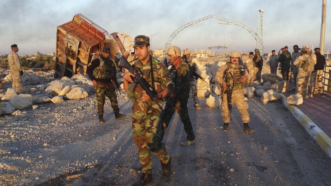 Iraqi security forces gather to advance towards the centre of Ramadi city, December 25, 2015. reuters