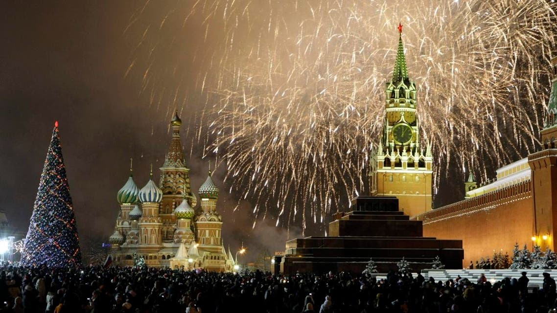 Russians celebrate the New Year on Red Square in Moscow, with the Kremlin in the background, right, and St. Basil's cathedral in background, left, Friday, Jan. 1, 2010. (File photo: AP)