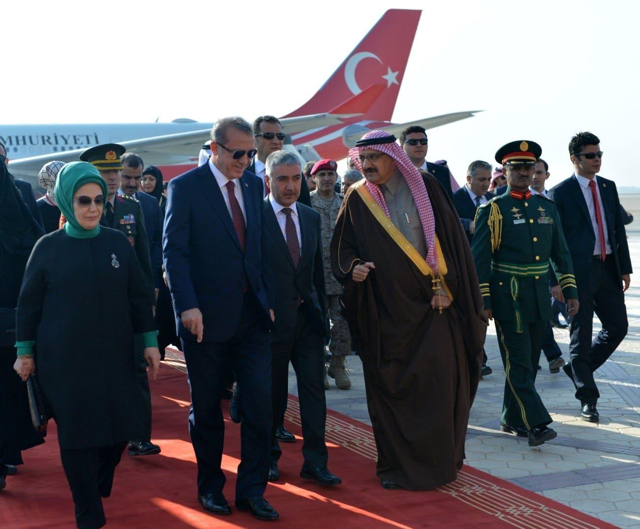 الرئيس التركي وحرمه لدى وصولهما مطار الرياض