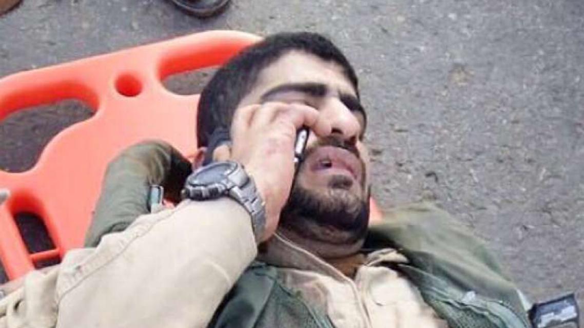 صورة الطيار البحريني يتلقى الإسعافات ويجري اتصالا هاتفيا