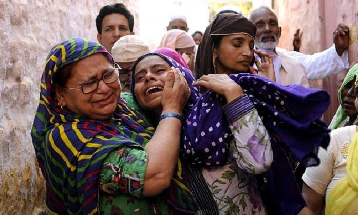 أقرباؤه يبكونه في القرية التي لا يسكنها الا عائلتان مسلمتان وسط 6000 هندوسي