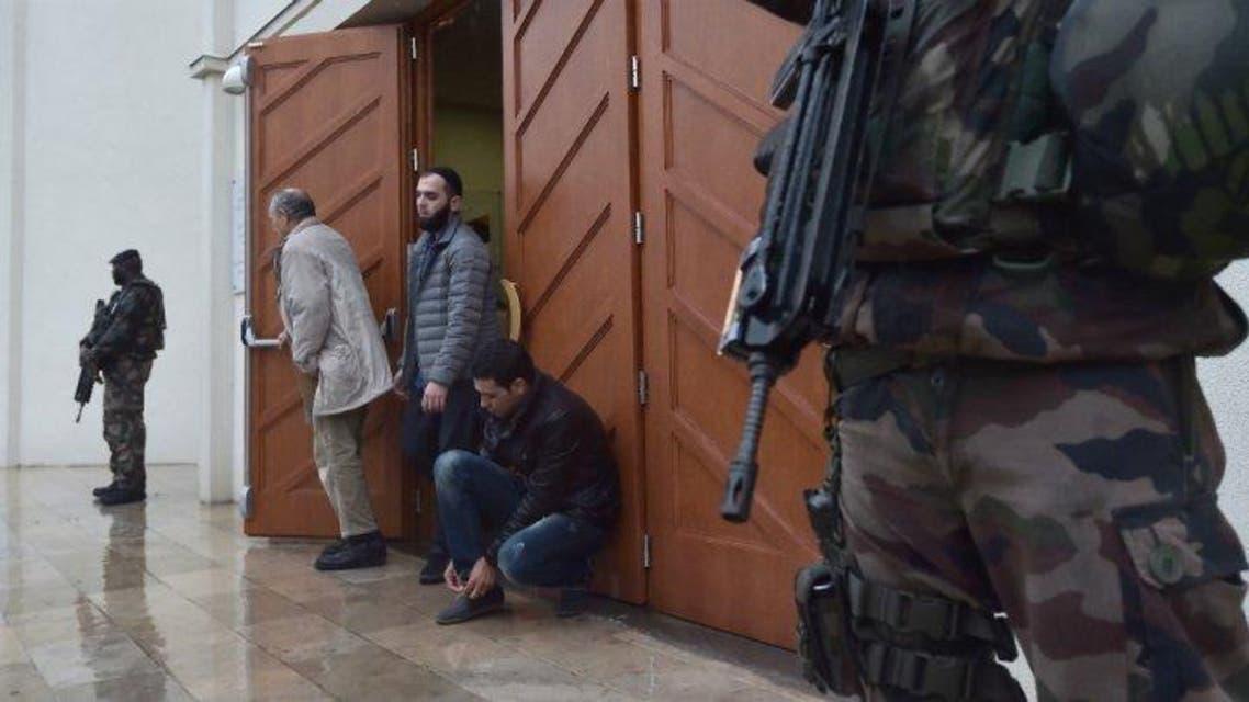 جنود يحرسون المصلين في مسجد بمدنية ستراسبورغ في فرنسا