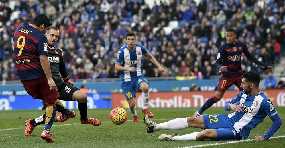 Barcelona's Luis Suarez (L) in action next to Espanyol's goalkeeper Pau Lopez and Alvaro Gonzalez (R). REUTERS/Stringer