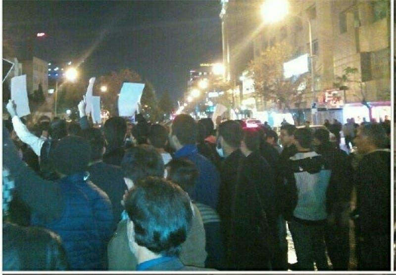متظاهرون أمام القنصلية السعودية في مشهد