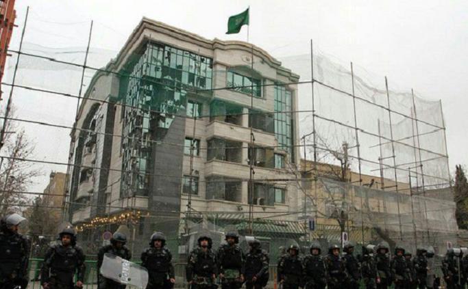 ولم تفرض الحماية على القنصلية في مدينة مشهد إلا بعد أن حطم الشغب الغوغائي زجاجها
