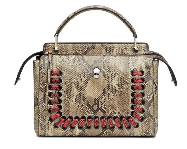dd3ac37f91fd6 تتوفر هذه الحقيبة بألوان وخامات مختلفة في مختلف نقاط بيع علامة Fendi في  الشرق الأوسط. تعرّفوا على بعض تصاميمها فيما يلي.