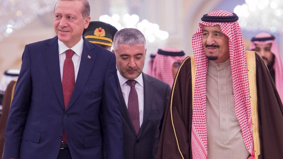 Saudi King Salman (R) walks with Turkish President Tayyip Erdogan (L) upon Erdogan's arrival in Riyadh, Saudi Arabia December 29, 2015. REUTERS