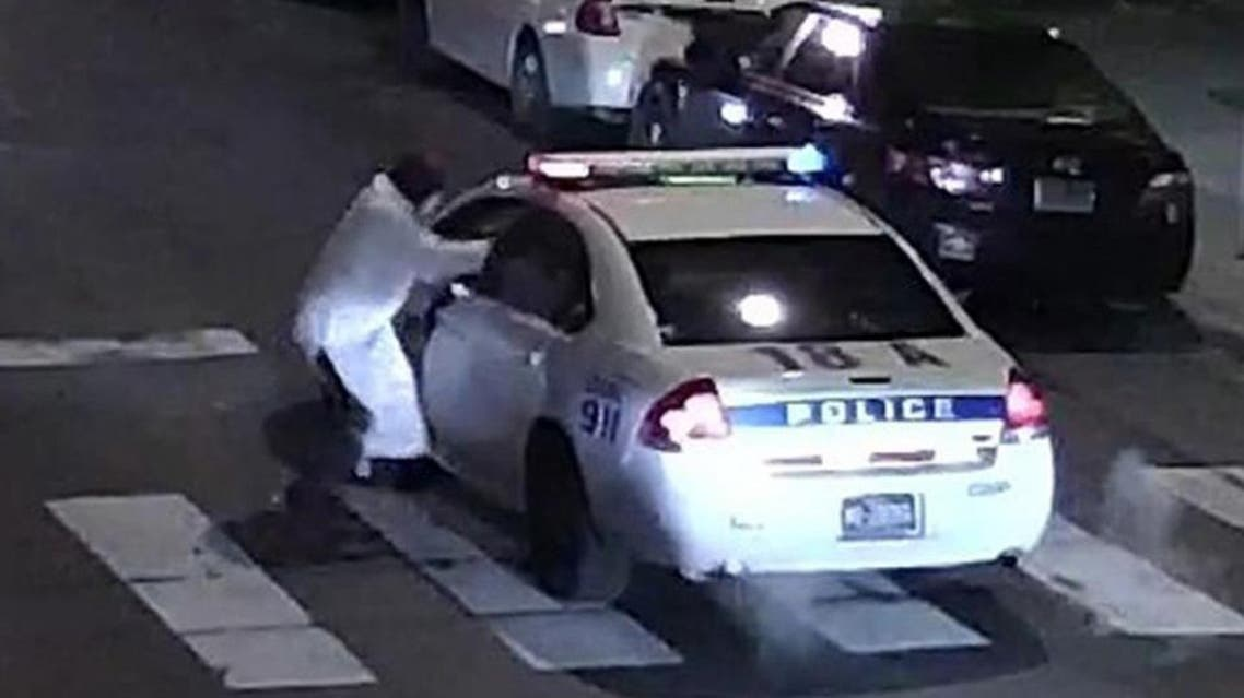 This image obtained January 8, 2016 from the Philadelphia Police Department, shows a suspect shooting into a police car on January 7, 2016 (AFP Photo/)