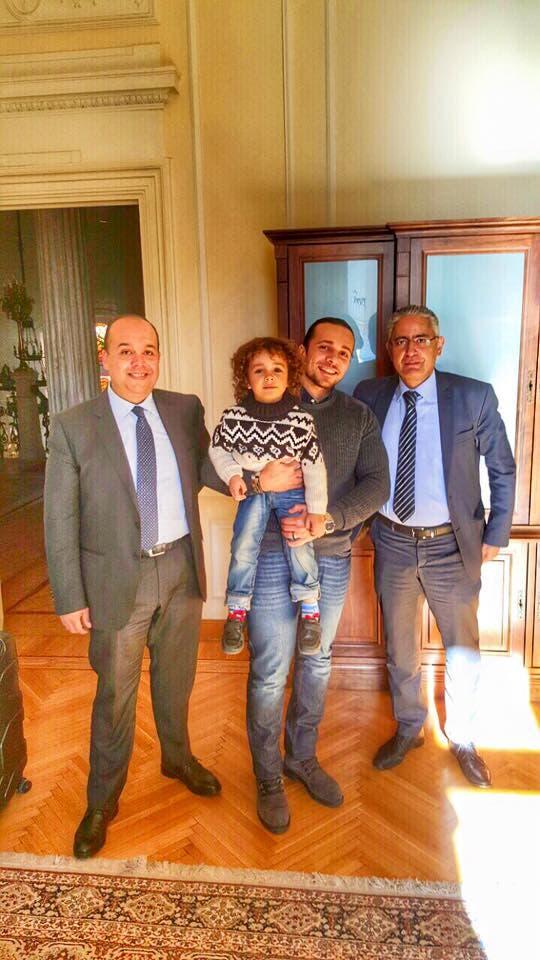 الطفل ووالده مع أعضاء السفارة المصرية في اليونان