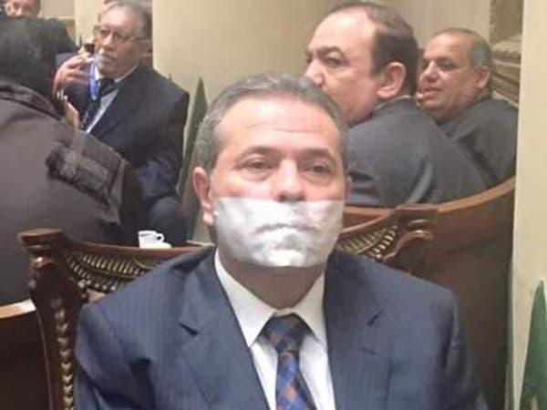مصر.. توفيق عكاشة يكمم فمه داخل البرلمان