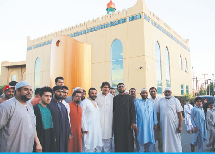 حين استقبلوه أمام المسجد التقط معهم صورة