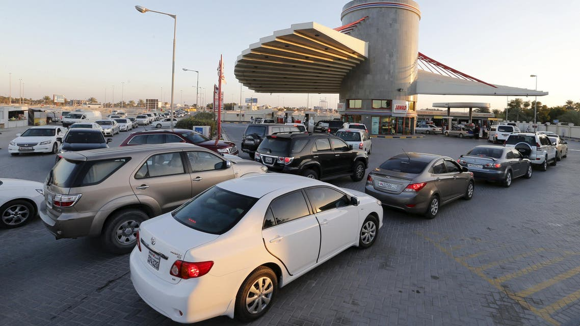 Drivers wait in line to fill their vehicles at a petrol station in Budaiya, Bahrain, January 11, 2016.  (Reuters)