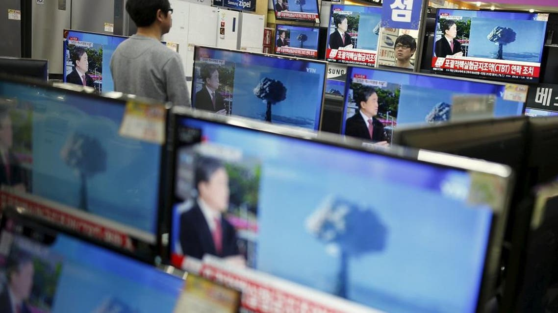 A sales assistant watches TV sets broadcasting a news report on North Korea's nuclear test, in Seoul, January 6, 2016 (Reuters0