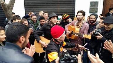 """جزائريون يتضامنون مع """"فنان شارع"""" ضد الشرطة"""