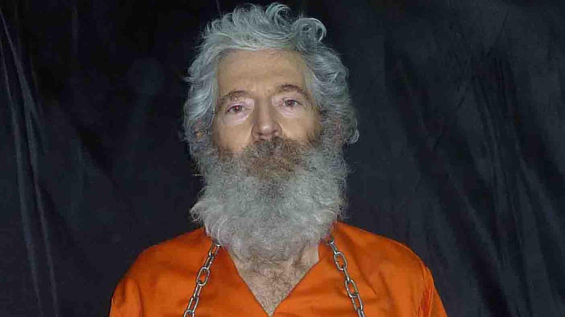 This image provided by the Federal Bureau of Investigation(FBI) shows former FBI agent Robert Levinson, who went missing on Kish Island, Iran, on March 9, 2007, shackled and holding a sign. AFP
