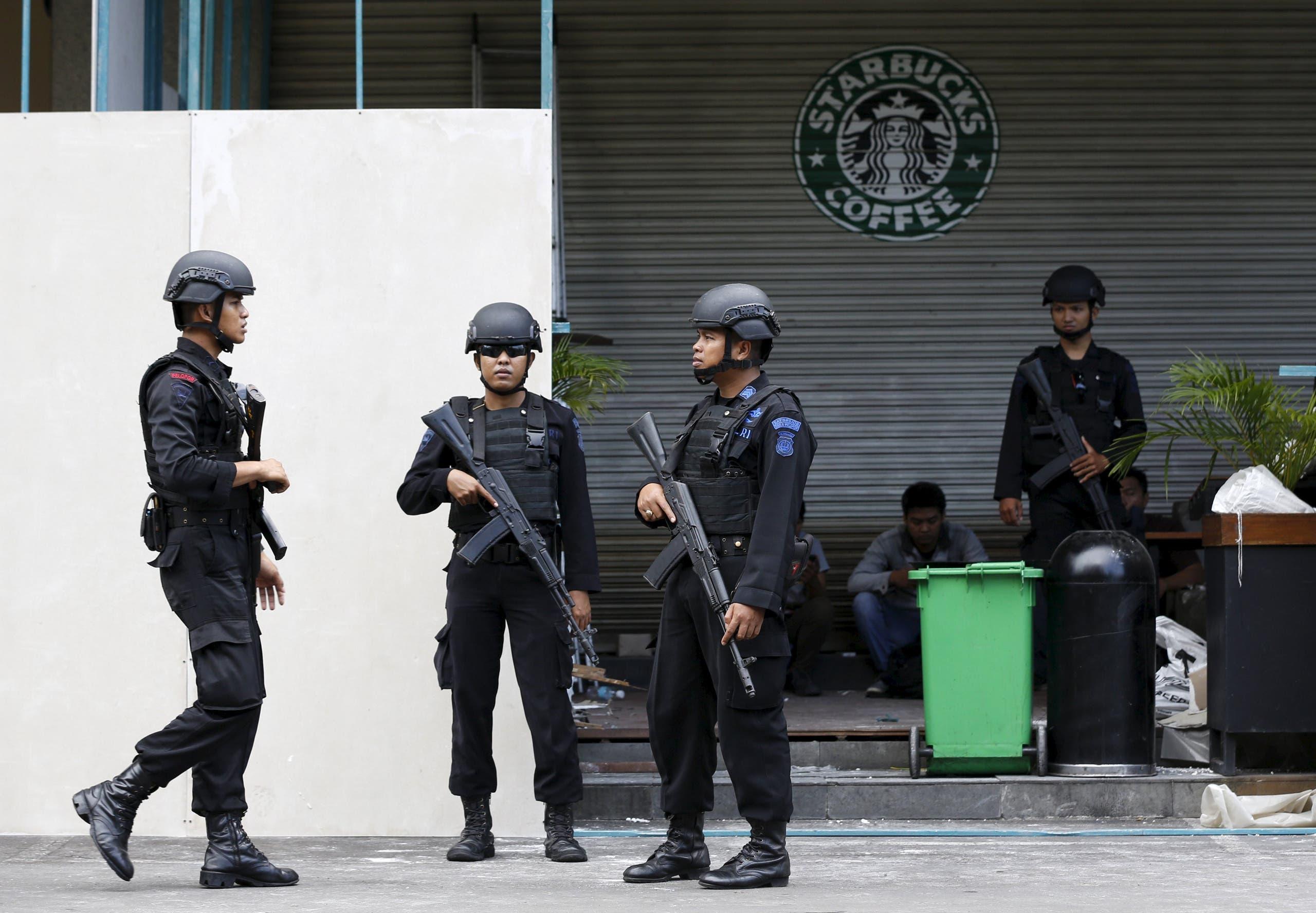 عناصر من الشرطة الإندونيسية بموقع الهجوم الأخير