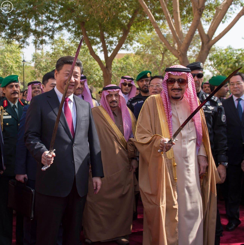 العاهل السعودي والرئيس الصيني يحملان السيوف بقصر المربع