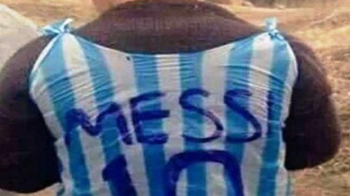 طفل عراقي يلبس قميص ميسي