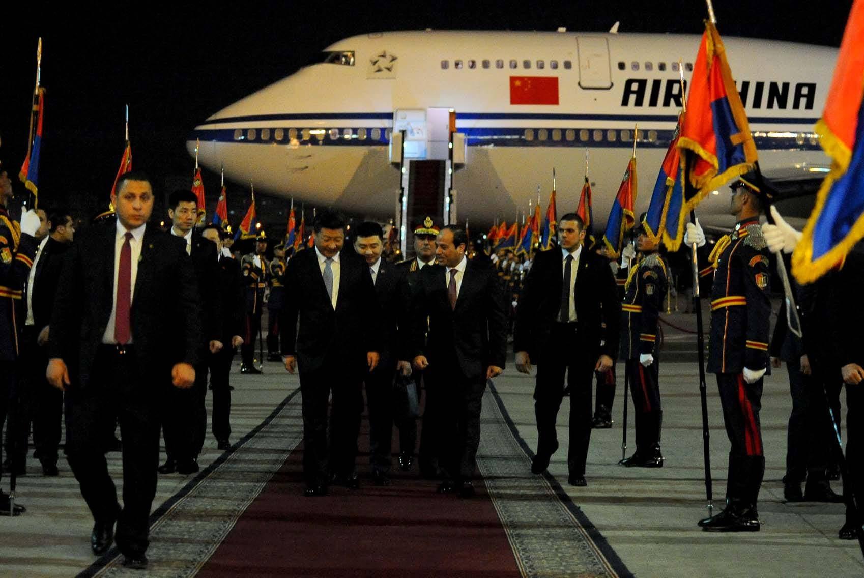 الرئيس السيسي خلال استقباله الرئيس الصيني لدى وصوله القاهرة