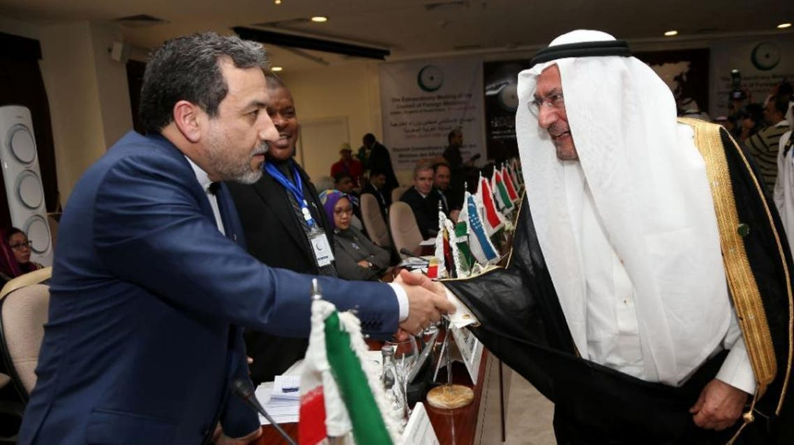 Secretary General of Organisation of Islamic Cooperation (OIC) Saudi Iyad Ameen Madani (R) shakes hands with Iran's Deputy Foreign Minister Abbas Araghchi during an emergency meeting in the Saudi city of Jeddah, on January 21, 2016 (AFP)