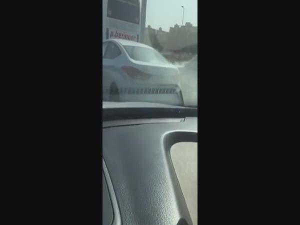 بالفيديو.. طفل يقود السيارة وسط الزحام بجدة