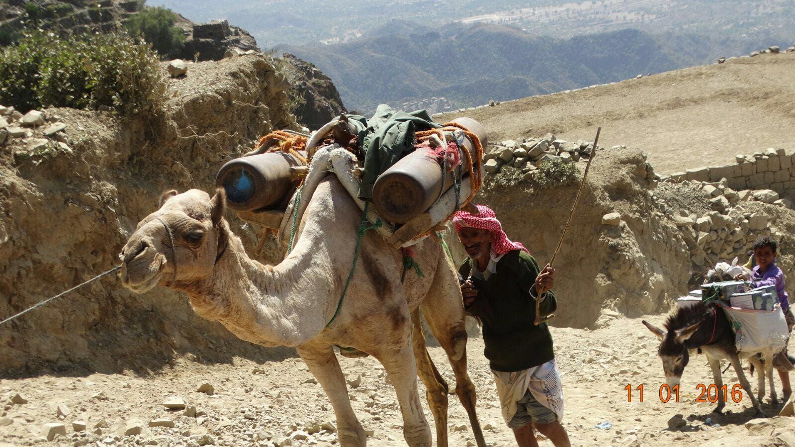 Smuggling supplies into Taez (Photo courtesy: Essam al-Batraa)