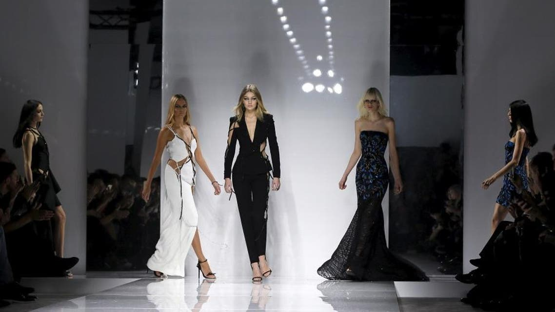 Models present creations by Italian designer Donatella Versace as part of her Haute Couture Spring/Summer 2016 fashion show for Atelier Versace in Paris January 24, 2016. Picture takien January 24, 2016 (Reuters)
