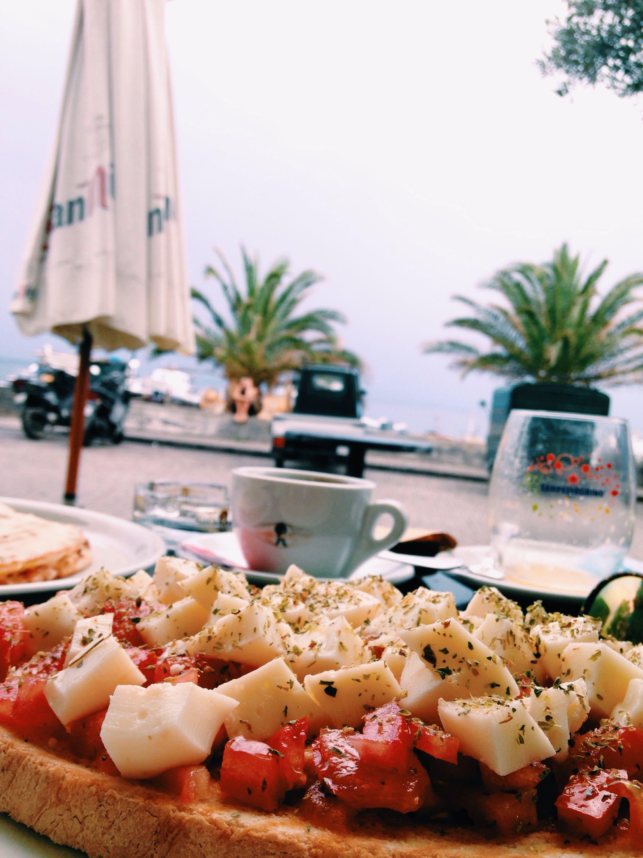 Last breakfast at Stromboli. (Yorva Tsiakara)